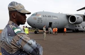 Un gendarme malien monte la garde à l'aéroport de Bamako après l'arrivée d'un avion  C-17 de l'US Air Force de transport de troupes françaises. (Photo Eric Gaillard / Reuters)