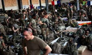 Troupes françaises  rassemblées dans un hangar de l'aéroport de Bamako. (Jérôme Delay/AP)