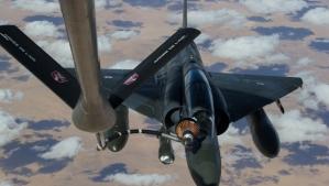 Un chasseur Mirage 2000-D français ravitaillé en vol après avoir quitté la base militaire de Nancy pour N'Djamena le 11 Janvier 2013.  Ce jour marque le début de l'intervention française par des raids aériens menés par des hélicoptères Gazelle et avions Mirage 2000-D (AP Photo / R. Nicolas-Nelson, ECPAD).