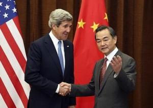 Le secrétaire d'État américain John Kerry et  le ministre des affaires étrangères chinois, Wang Yi à Pékin le 13 avril 2013 (photo @Pool/AFP Yohsuke Mizuno)