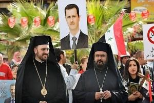 Deux prêtres syriens présents dans un comité d'accueil de l'église orthodoxe syrienne, pour souhaiter la bienvenue au patriarche de Moscou et de toutes les Russies venu pour réitérer son soutien à Bashar al-Assad (Photo AFP/Louai Beshara)