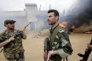 Des soldats syriens dans le village de Dumayna, à quelques kilomètres de Qousseir (AFD/Joseph Eid)