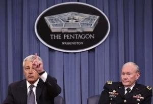 Le secrétaire d'État à la Défense, Chuck Hagel et le chef d'état-major des armées des États-Unis, Martin Dempsey lors d'une conférence au Pentagone, s'exprimant sur la livraison de missiles antinavires par la Russie au régime de Damas.
