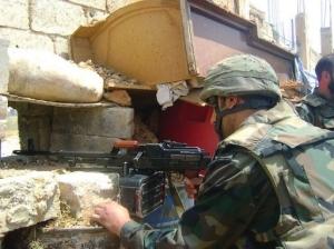 Photo fournie par l'agence Sana, le 20 mai 2013, montrant des soldats syriens combattant à Qousseir (Sana/AFP)