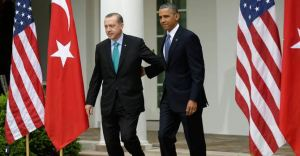 Le président Barack Obama et le premier ministre turc Recep Tayyip Erdogan arrivant ensemble pour leur conference de presse dans le