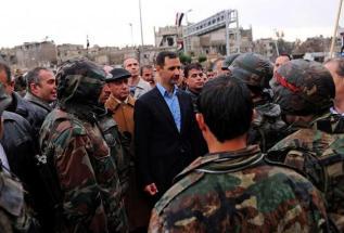 Le président syrien Bashar al-Assad, s'adressant à des soldats de l'armée à Baba Amr,  fief des rebelles situé dans la ville de Homs, sous contrôle de l'armée après plusieurs semaines de combats. (photo : SANA, 27 mars 2013)