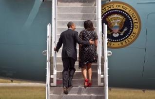 le président Obama et son épouse embarquant à bord de l'avion présidentiel  Air Force One, à l'aéroport Julius Nyerere à Dar es-Salaam, en Tanzanie, à la fin de la dernière étape de leur visite d'une semaine en Afrique. (AP Photo / Ben Curtis).