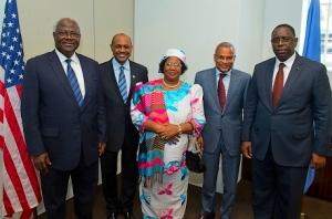 Le Directeur général de l'agence MCC (Millenium Challenge Corporation), Daniel W. Yohannes (deuxième à partir de la gauche) a pu s'entretenir sur la croissance africaine avec les quatre chefs d'États invités à la Maison blanche le 28 mars 2013, de gauche à droite : le président de la Sierra Leone Ernest Bai Koroma, Daniel W. Yohannes, la présidente du Malawi Joyce Banda, le premier ministre du Cap-Vert  Jose Maria Neves, et le président du Sénégal Macky Sall. (Photo : www.mcc.gov)