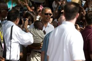 Un moment de la visite de B. Obama sur l'île de Gorée le 27 juin 2013. Cette image de Barack Obama portant un bébé  a fait le buzz sur la toile et a attendri plus d'un Sénégalais. (AP Photo/Evan Vucci)