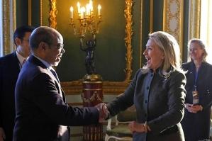 """L'ex secrétaire général Hillary Clinton saluant l'ancien premier ministre éthiopien Meles Zenawi, lors de la conférence de Londres sur la Somalie, en février 2012. Cette relation privilégiée avec un régime considéré par beaucoup comme sanguinaire est un exemple de """"compromission"""" qui suit aujourd'hui encore la politique étrangère américaine. Photo : Jason Reed/AP"""