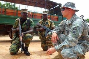 """Un instructeur de l'armée américaine donnant des conseils à des soldats sierra-leonais dans le cadre de """"l'African Contingency Operation training and Assistance"""" (ACOTA), un programme destiné à la formation et à l'équipement des armées africaines chargés d'opérations de soutien à la paix et dans la lutte contre le terrorisme sévissant au Mali. Photo : armyrecognition.com"""
