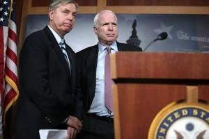 Les sénateurs républicains Lindsey Graham (à gauche) et John McCain (à droite) font partie des plus ardents partisans d'une frappe punitive contre la Syrie. En mars 2013, lorsqu'une roquette chargée de produit chimique s'était abattue sur le village de Khan al-Assal (Alep), ces derniers avaient demandé au président Obama d'intervenir militairement. (Photo : Alex Wong/Getty images)