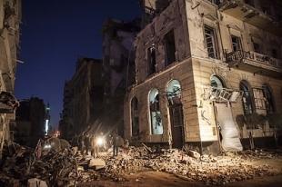 photo de la ville de Mansoura, au nord du Caire après l'explosion d'une voiture piégée près d'un bâtiment de la police ayant fait 14 morts. Cet événement a poussé le gouvernement à amplifier la cabale menée contre les Frères musulmans qu'il accuse d'être à l'origine des violences et à les désigner comme organisation terroriste. (crédit photo : AFP/Mahmoud Khaled)