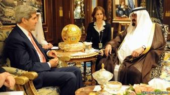 Le secrétaire d'État américain John Kerry s'entretenant avec le roi Abdallah d'Arabie saoudite à Riyad le 4 novembre 2013. Cette visite fut l'occasion pour le premier de rappeler l'amitié durable entre leurs deux pays et  leur collaboration  sur de nombreuses questions (sécurité énergétique, lutte contre le terrorisme, défense, commerce et l'investissement) ainsi que l'importance cruciale du royaume dans les trois dossiers sur lesquels ils travaillent ensemble (l'Égypte, la Syrie et l'Iran). (crédit : Us Department of State)