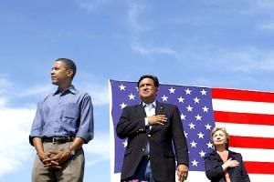 """Cette photo prise le 16 septembre 2007 où l'on voit le sénateur B. Obama et les deux autres candidats à l'investiture démocrate devant le drapeau américain, les mains jointes en dessous de la taille, tandis que résonait le sermon d'allégeance (pledge of Allegeance) avait tourné sur la toile, suscitant l'indignation. Cible régulière de nombreuses rumeurs et attaques remettant en cause autant sa religion (il serait en réalité un musulman) et son patriotisme, le président Obama avait récusé ces accusations, précisant qu'il ne s'agissait pas du sermon d'allégeance mais de l'hymne nationale, le Star-Spangled Banner (""""La Bannière étoilée"""") durant laquelle il ne faut pas poser la main droite sur le coeur mais chanter."""