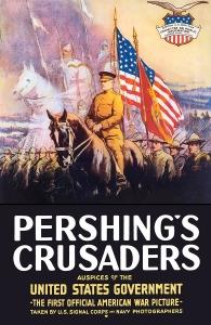 """Affiche officielle du documentaire de propagande """"Pershing's Crusaders"""" réalisé à l'occasion de l'entrée en guerre de l'Amérique contre l'Allemagne. Pour le président Woodrow Wilson, rompant avec l'isolationnisme, la participation tardive de son pays à la première guerre mondiale est une exigence. L'Amérique doit donner son sang et ses forces pour les principes qui l'ont fait naître... L'affiche joue sur l'association et les stéréotypes. Les héroïques soldats commandés par le général Pershing sont représentés comme les dignes descendants des croisés."""