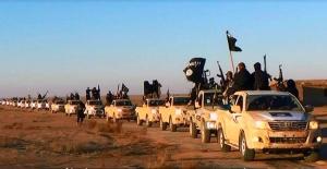 """Un convoi de combattants de l'EI progressant dans un lieu inconnu de la province de Salaheddine (nord de Baghdad). Cette photo est issue d'un site web """"Welayat Salahuddin"""" duquel sont extraites la plupart des photos violentes et dramatiques, notamment de soldats irakiens capturés et exécutés."""