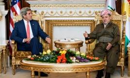 """Rassembler les forces politiques pour éviter l'implosion de l'Irak, c'est l'objet de la visite effectuée par le secrétaire d'État américain John Kerry. Ce dernier a rencontré les dirigeants du gouvernement de Bagdad ainsi que le président de la région autonome du Kurdistan, Massoud Barzani, à Erbil (photo). Ce dernier a appelé N.al-Maliki à démissionner, évoquant la situation actuelle comme une """"nouvelle réalité et un nouvel Irak"""". L'offensive des jihadistes, la déroute et la fragilisation de l'armée irakienne ont permis aux combattants kudes de prendre le contrôle de secteurs disputés avec Bagdad qu'ils souhaitent intégrer à leur région autonome. Désormais leurs forces de sécurité contrôlent la ville multi-ethnique et pétrolière de Kirkouk et la progression vers l'indépendance totale du Kurdistan semble arrivée à un tournant (crédit photo : Reuters)"""