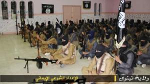 """l'EI dans son camp d'entraînement à Ninive (province de Mossoul). Cette photographie est extraite d'un média islamiste """"al-mustaqbal.net"""" soutenant ouvertement le jihad et louant l'action de l'EI (Nb : média à ne pas confondre avec le parti et média libanais éponyme [""""Courant du futur""""] de Saad Hariri)."""