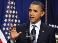 """À l'époque des premières manifestations pro-démocratie au Moyen-Orient et au lendemain de la chute de Hosni Moubarak en Égypte, le président Obama semblait encore croire au changement et aux réformes démocratiques. Lors d'une conférence de presse donnée le 15 février 2011, il avertit avec des mots mesurés les gouvernements (de Bahreïn, du Yémen et de l'Iran) de ne pas chercher à faire taire les citoyens par la force : """"le monde change, vous ne pouvez conserver le pouvoir par la coercition. Cela est particulièrement vrai à l'heure où les gens peuvent communiquer par les téléphones intelligents et Twitter"""". Évoquant la révolution en Égypte, il réitéra le soutien américain à la liberté des peuples partout dans le monde, ajoutant : """"l'histoire finira, rendant témoignage qu'à chaque tournant de la situation en Égypte, nous étions du bon côté de l'histoire """"(crédit : Carolyn Kaster/AP)"""