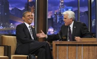 """Invité à l'émission de Jay Leno, """"Tonight Show"""" le 25 octobre 2011, B. Obama a assuré n'avoir jamais employé l'expression """"leading from behind"""" dont les médias se sont emparés et qui a été repris en chœur par les républicains pour ridiculiser l'approche multilatérale du président en politique étrangère. Le président a ajouté qu'en Libye, l'Amérique a, au contraire, """"dirigé de l'avant, à travers les Nations Unies et l'OTAN"""". La Maison Blanche et le porte parole du National Security Council se sont fendus d'un communiqué apportant un démenti à l'affirmation du journaliste du New Yorker, Ryan Lizza (qui utilisa le premier cette expression dans un article paru en mai de la même année), selon laquelle ces trois mots lui auraient été soufflés par un officiel de la Maison Blanche. (crédit photo : AP/Susan Walsh)"""