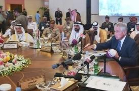 """Pour redonner confiance dans le leadership américain et resserrer les rangs autour de lui, le chef du Pentagone, Chuck Hagel a eu recours à la """"désignation de """"l'ennemi commun"""", l'Iran, décrit expressément par l'intéressé à ses hôtes ministres de la Défense du Conseil de Coopération de Coopération du Golfe (CCG). Une menace plus théorique que réelle mais qui justifie le renforcement de la coopération militaire entre les USA et les pays de la péninsule arabique AFP/POOL/Mandel Ngan"""